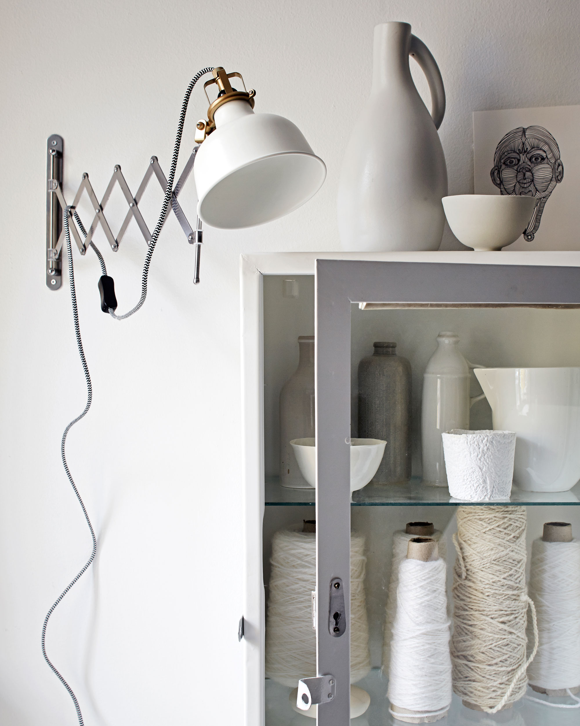 witte wandlamp, stellingkast met garen, lichtplan