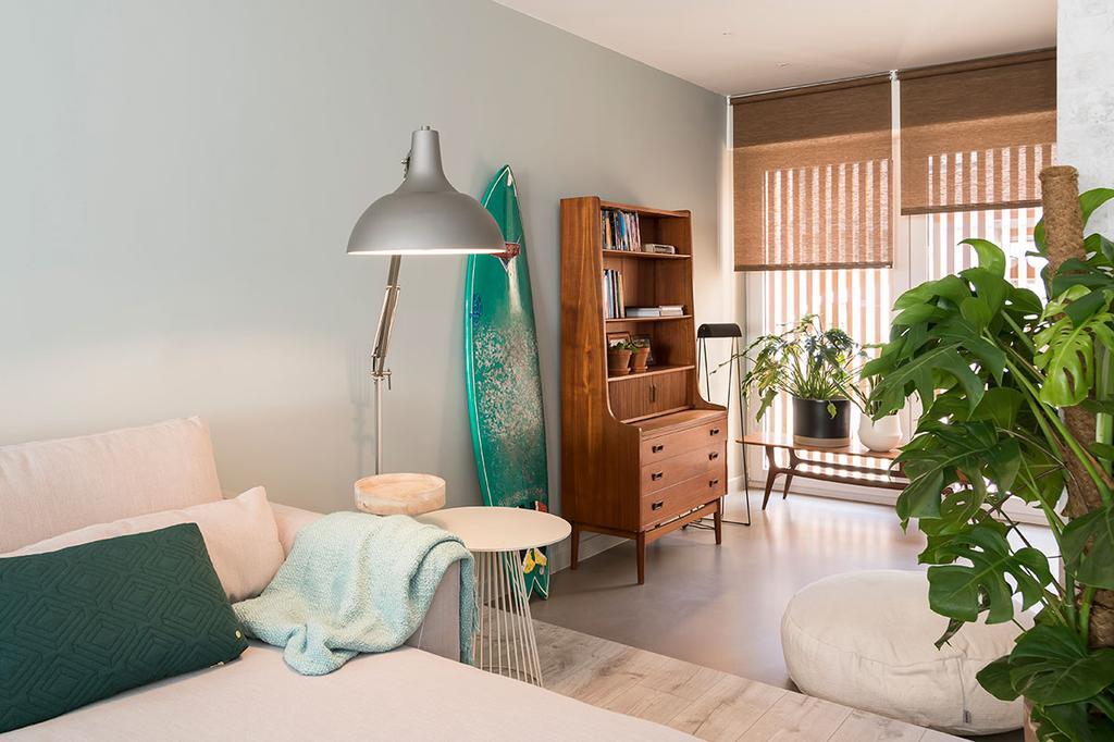 De woonkamer met zetel van Lien en Nicholas uit de vijfde aflevering van het tweede seizoen van Een frisse start met vtwonen.