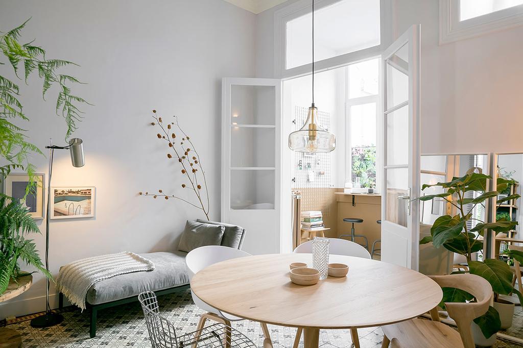Een overzicht van de lichte eetkamer met veel planten van Lukas en Katrien uit de tweede aflevering van Een frisse start met vtwonen.