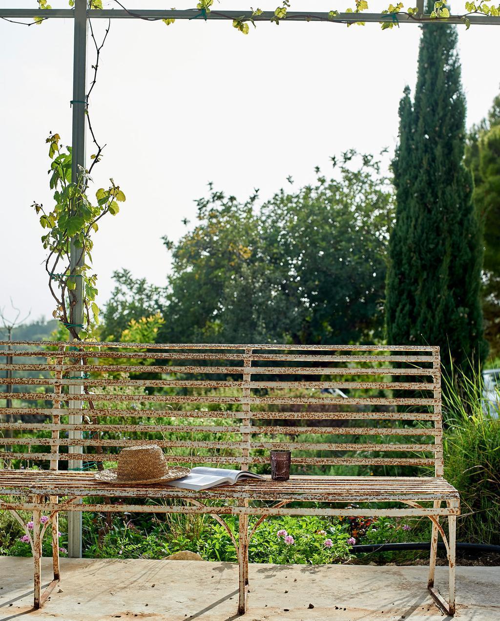 vtdéco - visite guidée - grange en Sicile - extérieur vieux banc rouillé