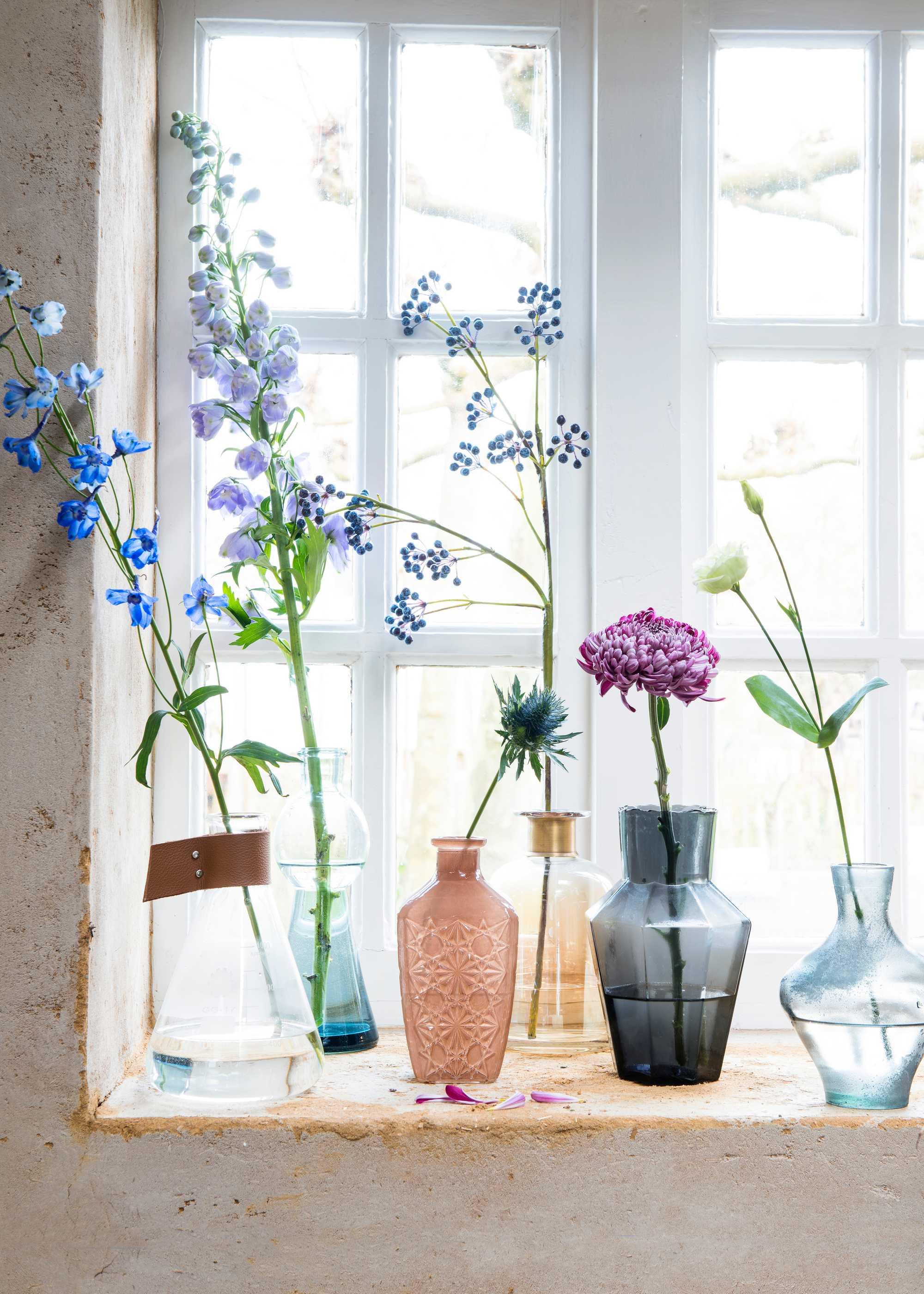 Bloemen op vensterbank