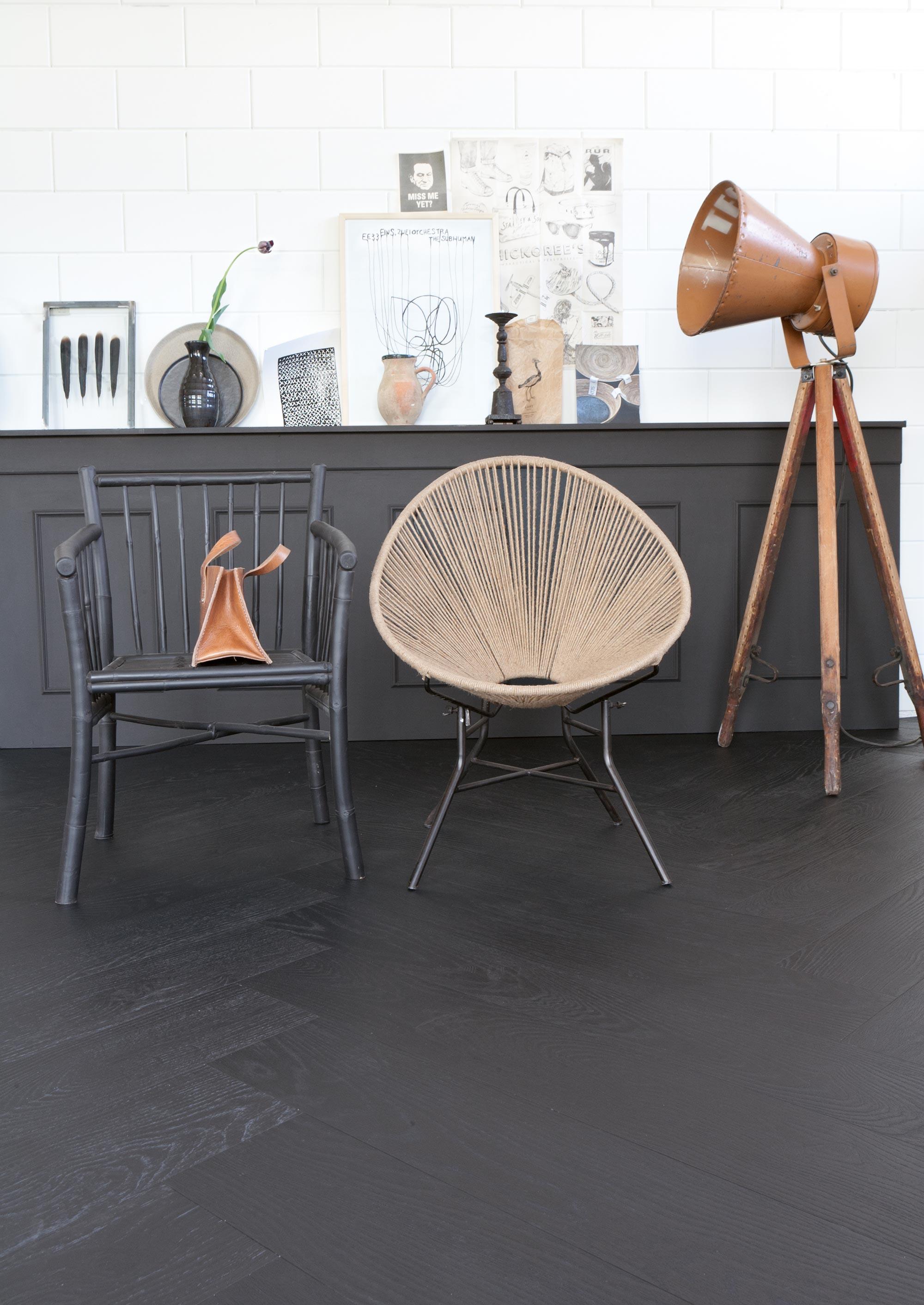 zwarte-lambrisering-en-visgraat-vloer-vloersoorten