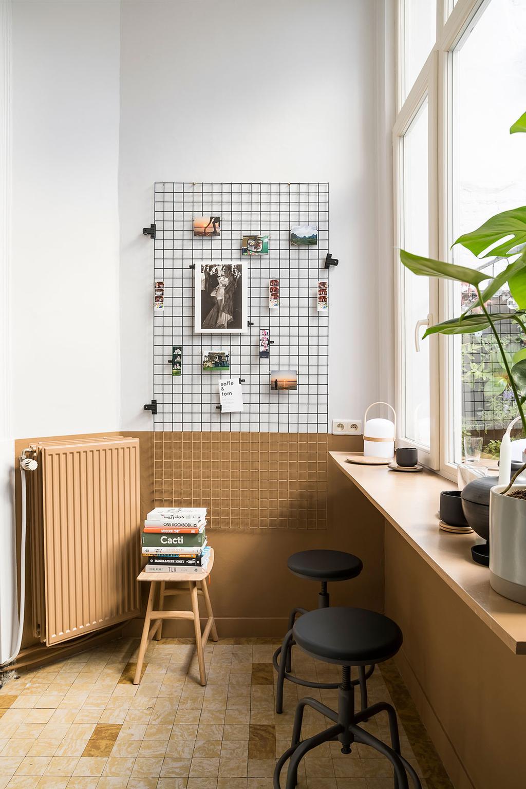Barretje in lichte ruimte met decoratie en planten, te zien in de tweede aflevering van Een frisse start met vtwonen over Lukas en Katrien