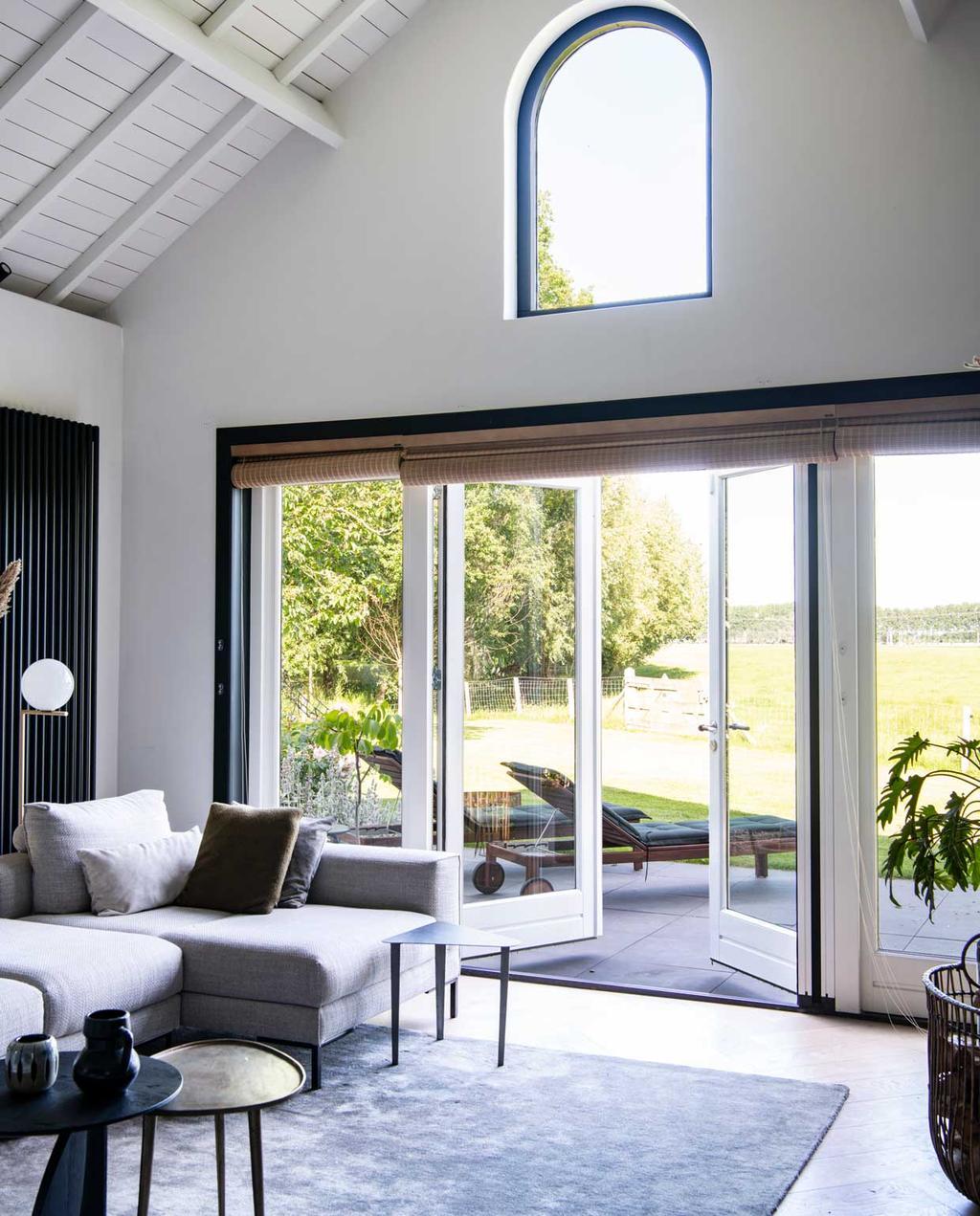 vtwonen binnenkijkspecial 2020 | binnenkijken in een woonboerderij in braambrugge | zithoek met deur naar de tuin