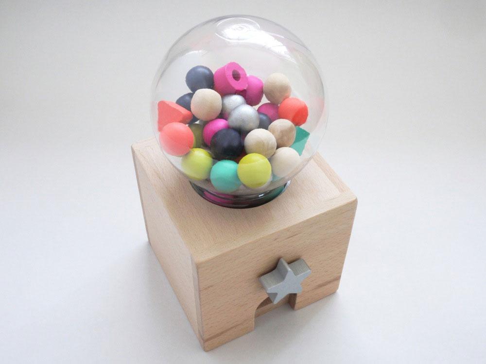 duurzaam speelgoed kiko+ kauwgomballenautomaat van hout met kralen