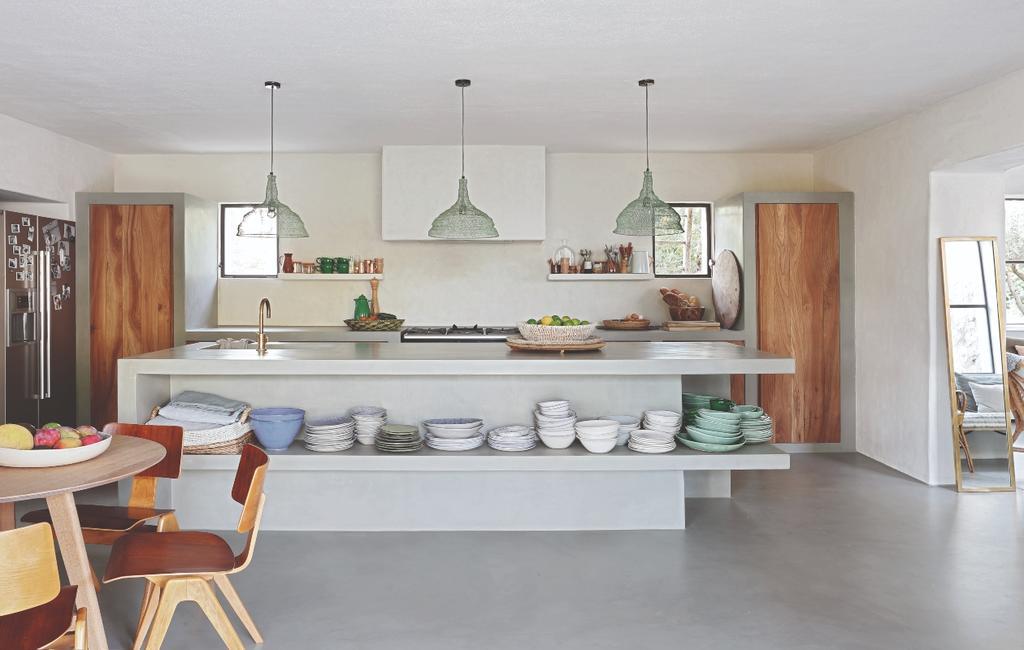 vtwonen 07-2020 binnenkijken ibiza open keuken met draadlampen