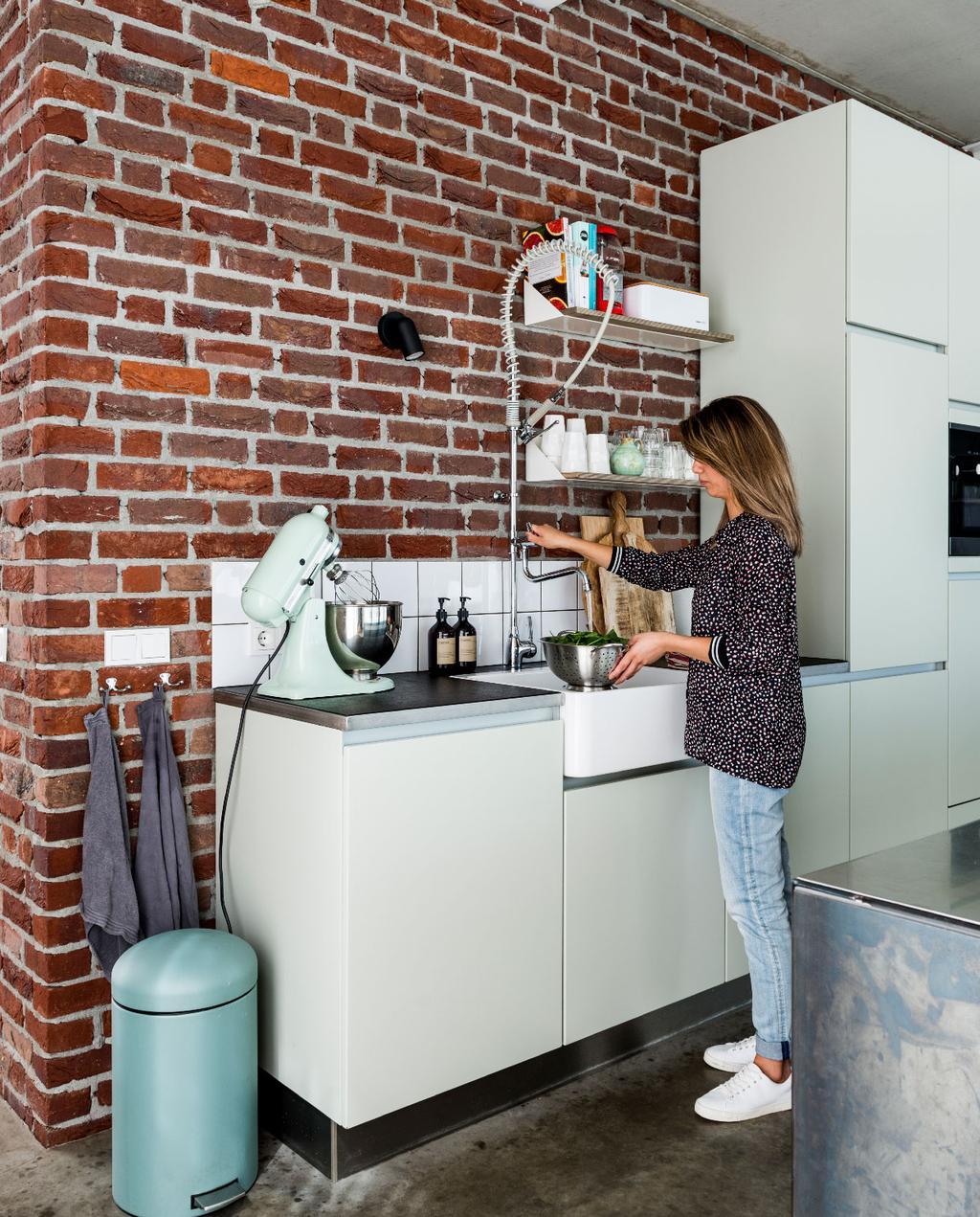 vtwonen binnenkijken weert | modern nieuwbouwhuis mintgroene keuken en exposed brick muur