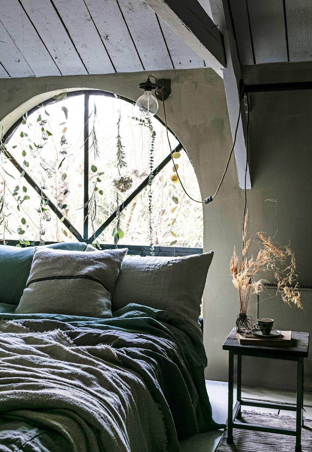 Planten- en bloemengordijn in de slaapkamer