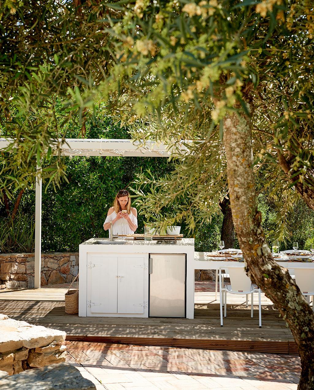 vtwonen tuin special 2 2020 | witte buitenkeuken met grome details
