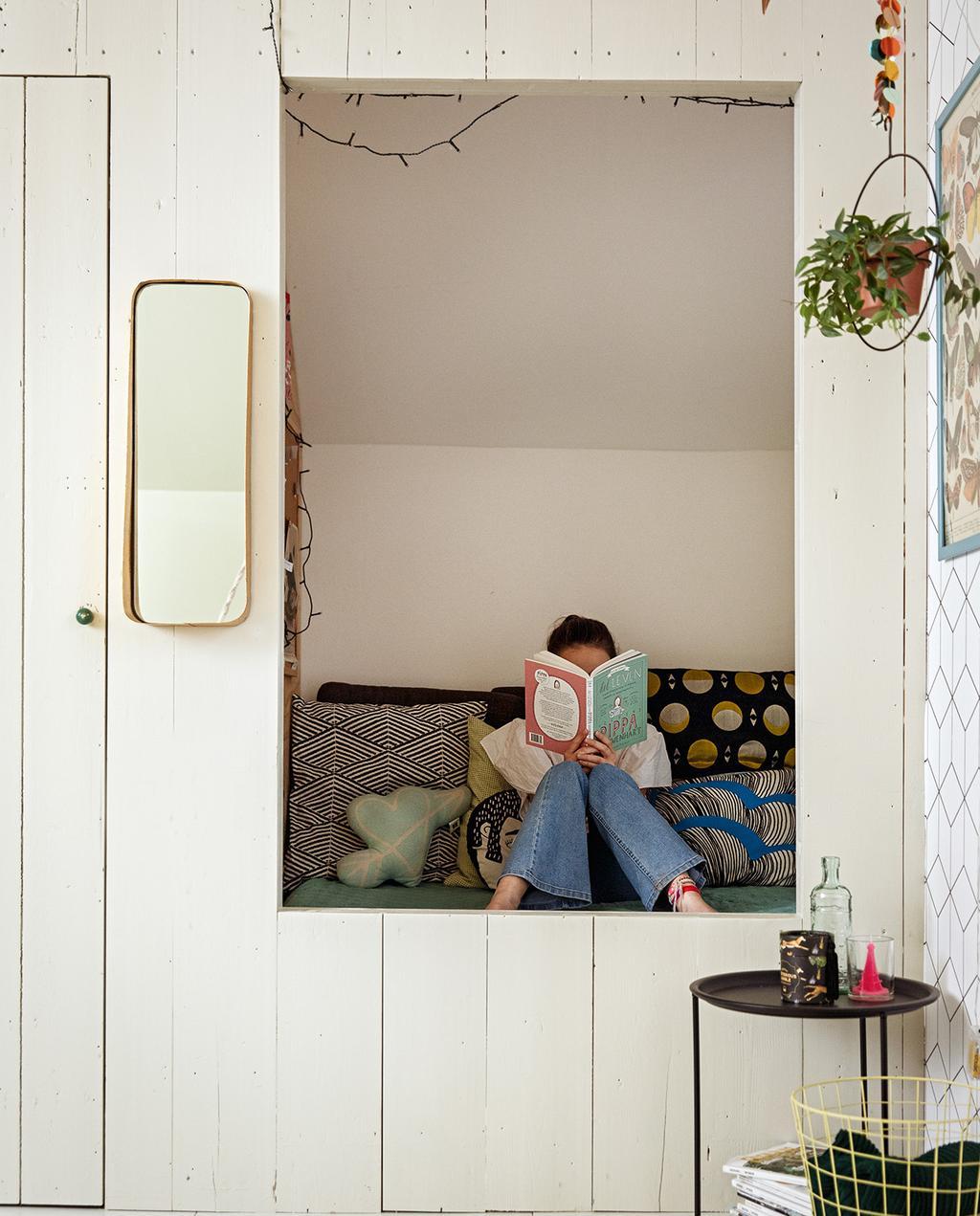 vtwonen 03-2021 | lezend meisje in ingebouwde kast