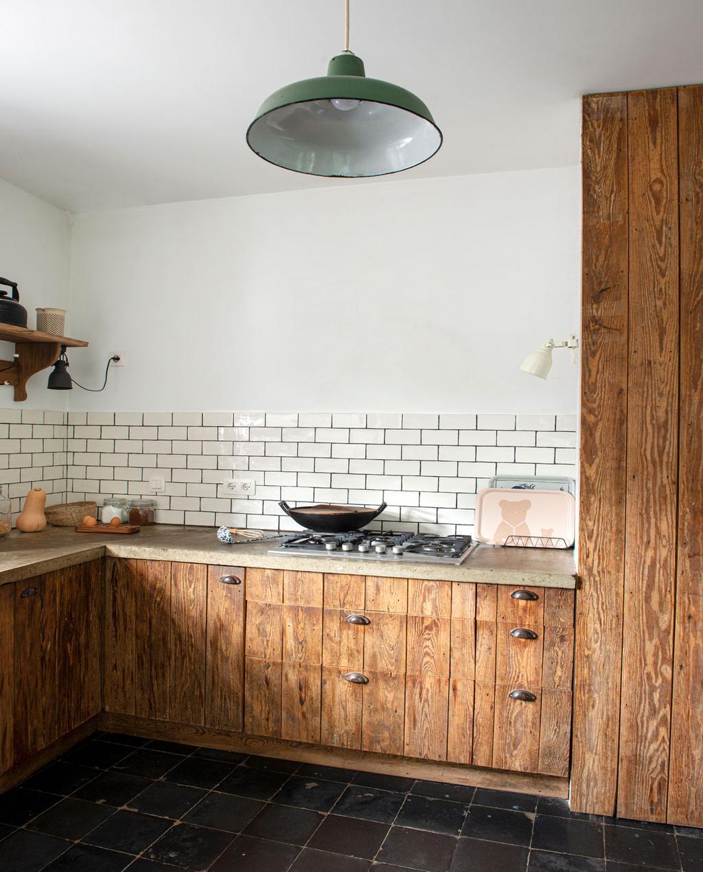 vtwonen 01-2021 | keuken met doorleefd karakter, met houten aanrecht, witte tegels op de achtermuur