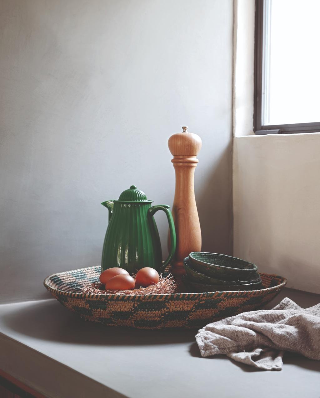 vtwonen 07-2020 binnenkijken ibiza keuken dienblad met pepermolen en koffiekan