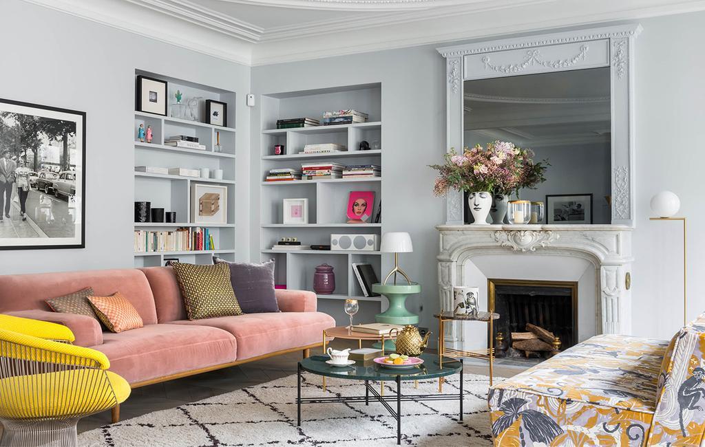 vtwonen 02-2019 | roze zetel met gele stoel en mintgroene bijzettafel