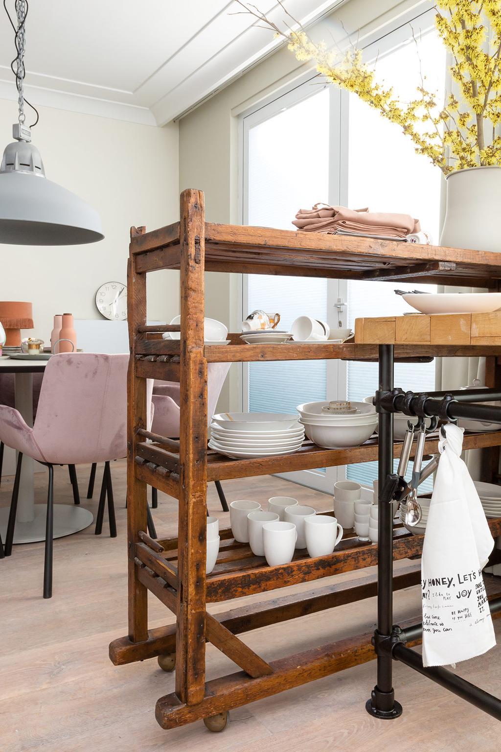 Keuken met houten kastje met accessoires
