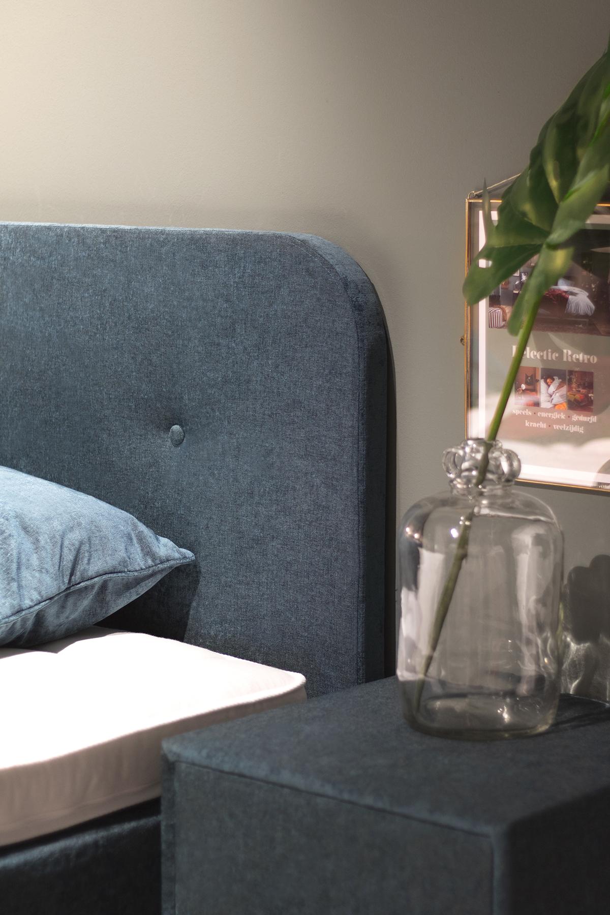 hoofdeinde boxspring en nachtkastje met vaas met bloem Swiss Sense Lifestyle by vtwonen collectie