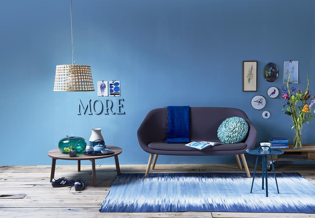 Blauwe muur gecombineerd met een blauw tapijt en blauwe accessoires