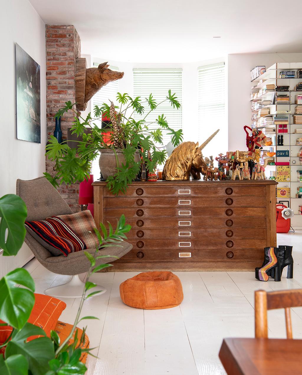 vtwonen 2020 DIY special 02 | woonkamer in warme kleurtinten en goud eenhoorhoofd