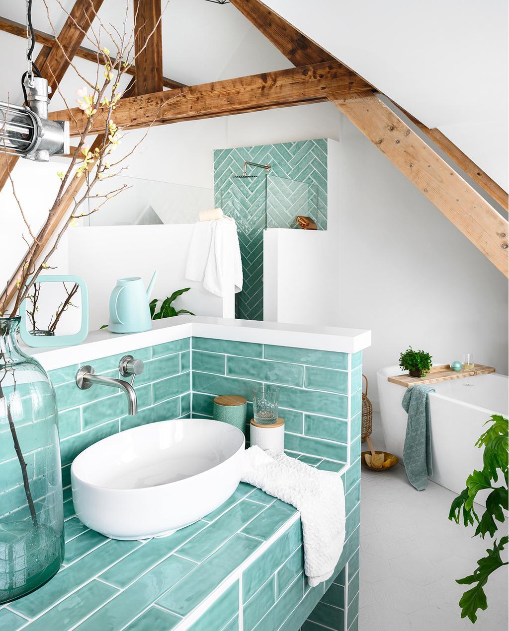 vtwonen 05-2020 | riant familiehuis Breda badkamer groen badkamermeubel en houten balken