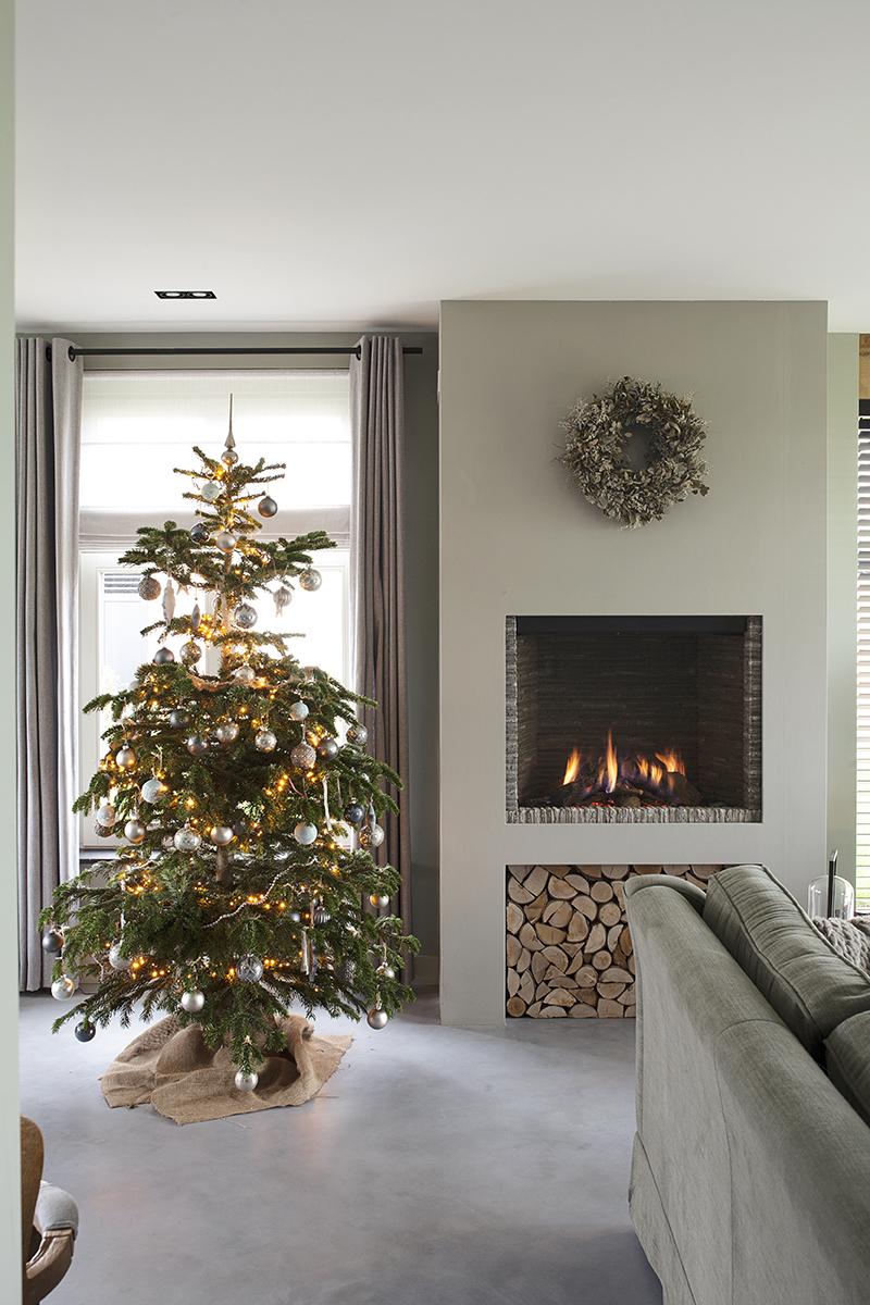 bourgondische kerst lydia 01 kerstboom bij haard