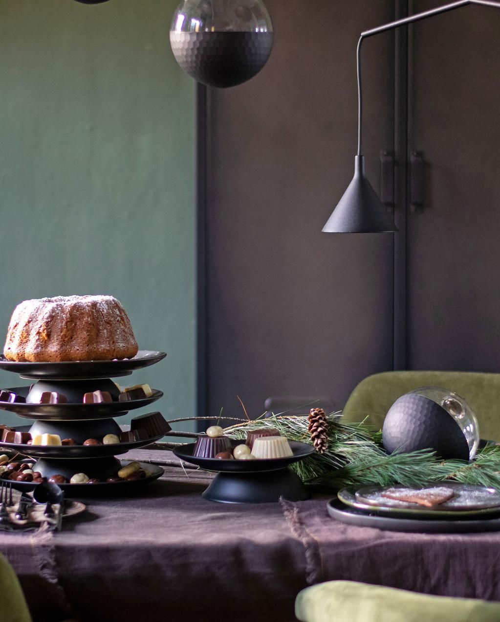vtwonen vt tv stylingtips van marianne tafelstyling in zwart | kersttafel gedekt met zwart tafelkleed, etagere en groene stoelen