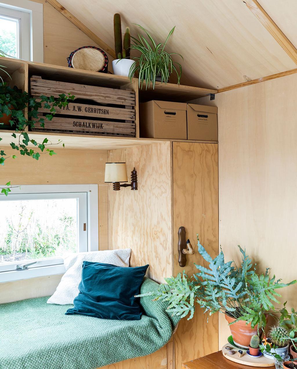 vtwonen special tiny houses | ingebouwde bank tussen kasten in tiny house