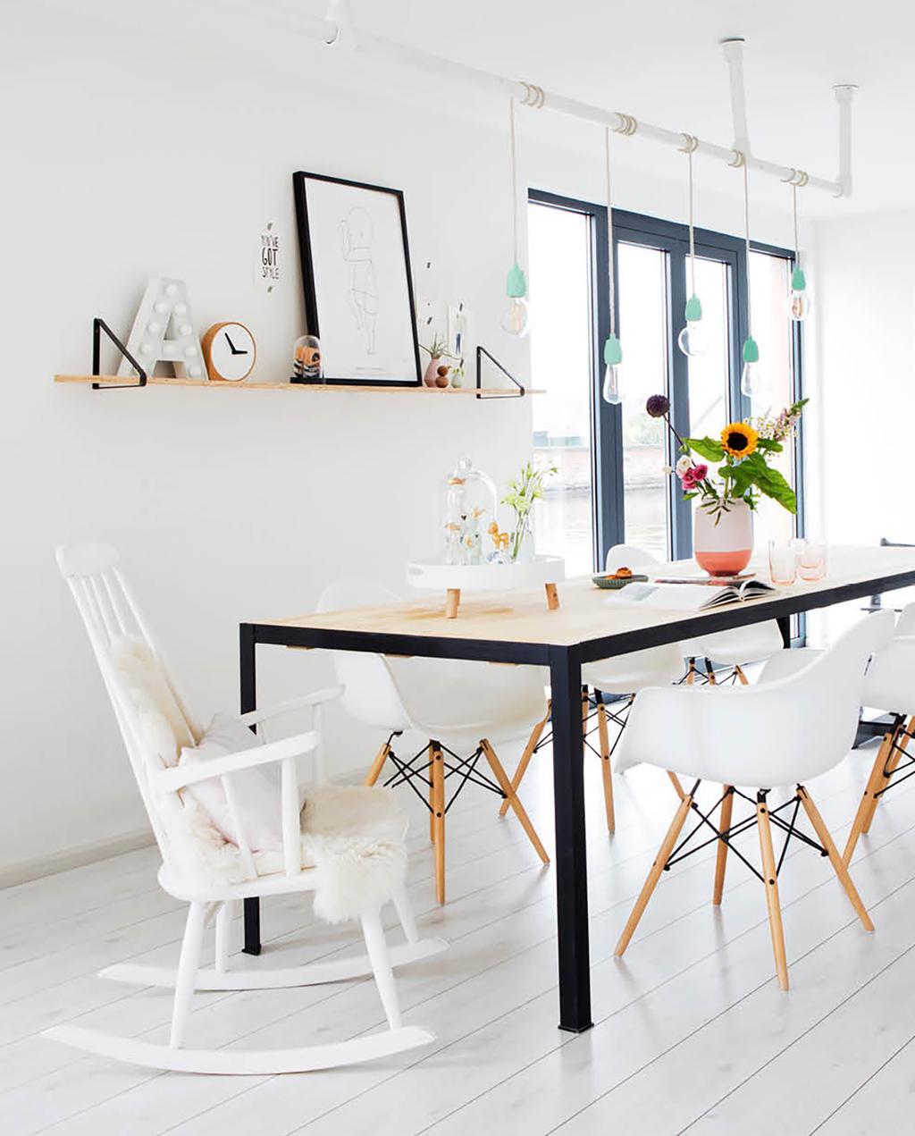 vtwonen 06-2018 | eettafel met witte stoelen en schommelstoel met letterbord