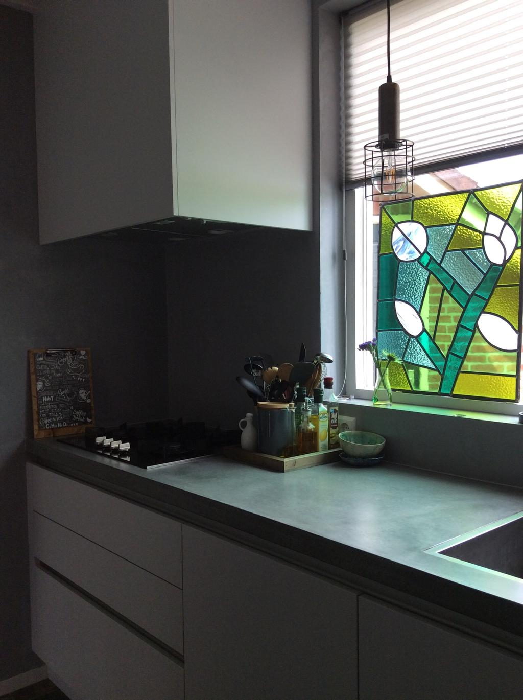 het-aanrecht-is-van-beton-prachtig-stoer-het-glasinlood-in-de-vensterbank-is-zelf-gemaakt-op-de-muur-is-beton-cire-aangebracht