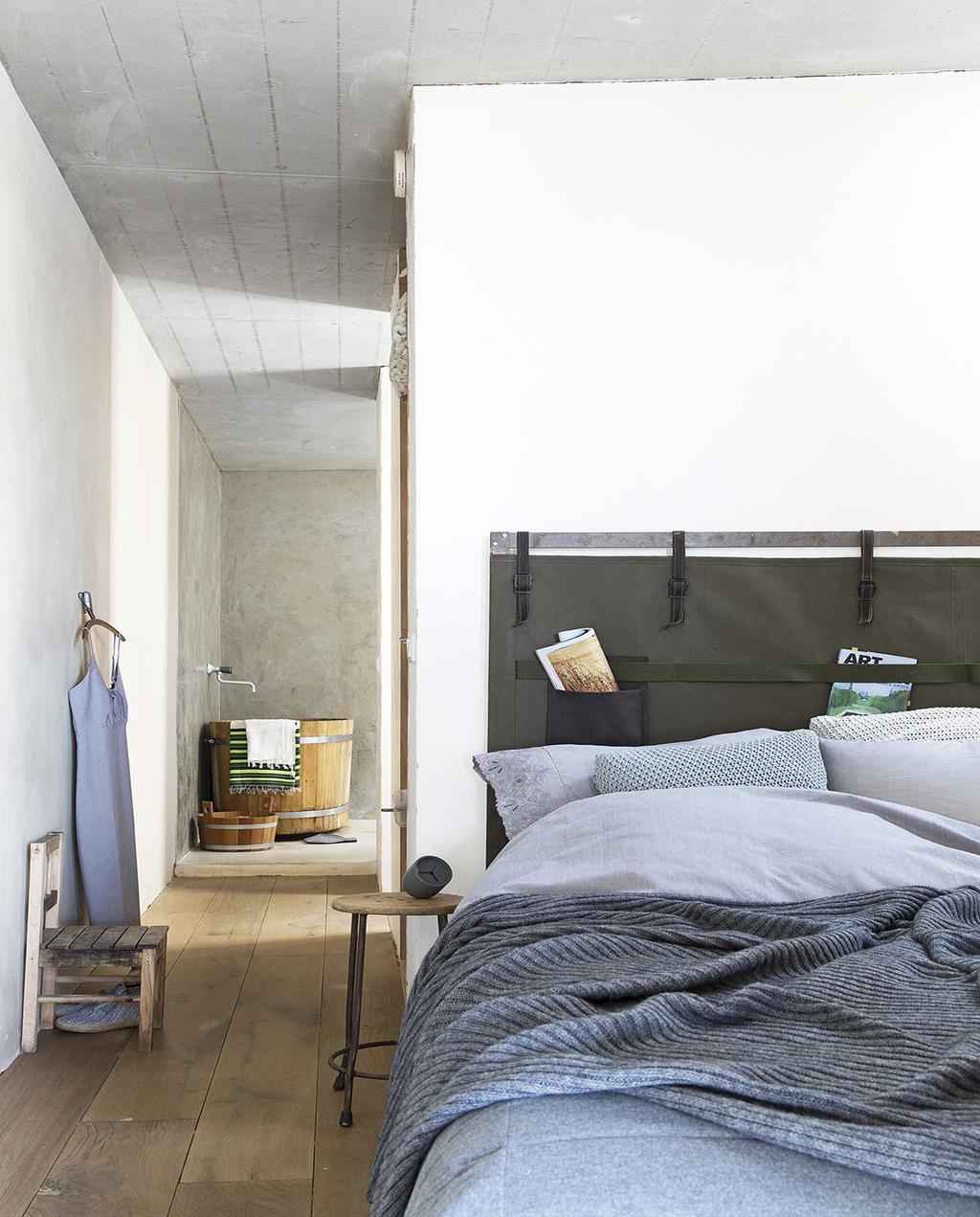 vtwonen 08-2016 | slaapkamer blauw grijs met hangende jurk