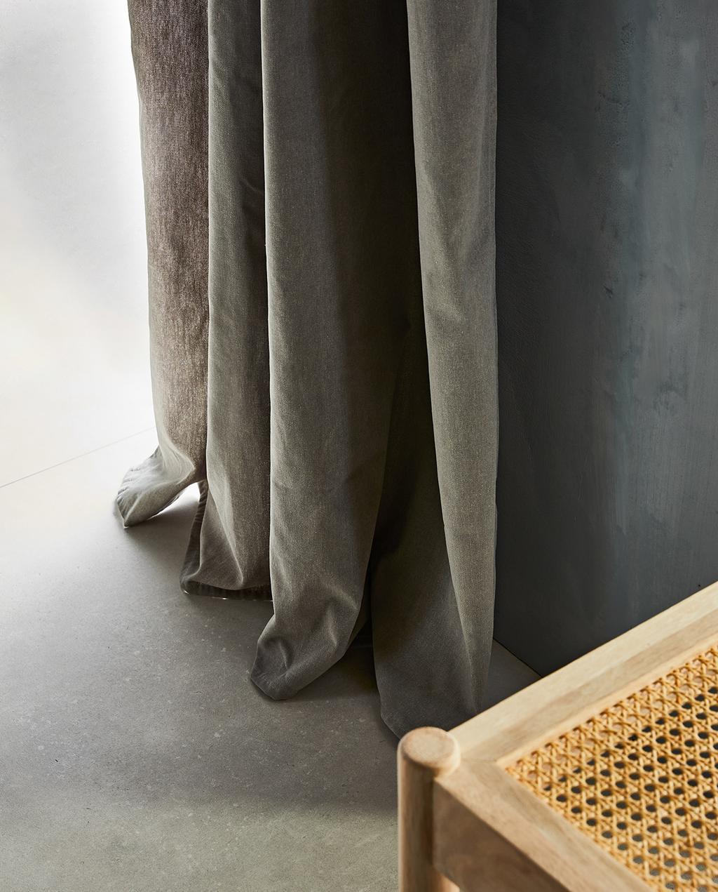 vtwonen 07-2021 | webbing stoel en grijze gordijnen I nieuwe gordijnen