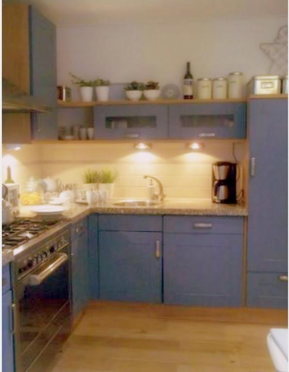 de-oude-situatie-jaren-90-keuken-blauwe-folie-die-losliet-bovenkastjes-in-caravan-stijl