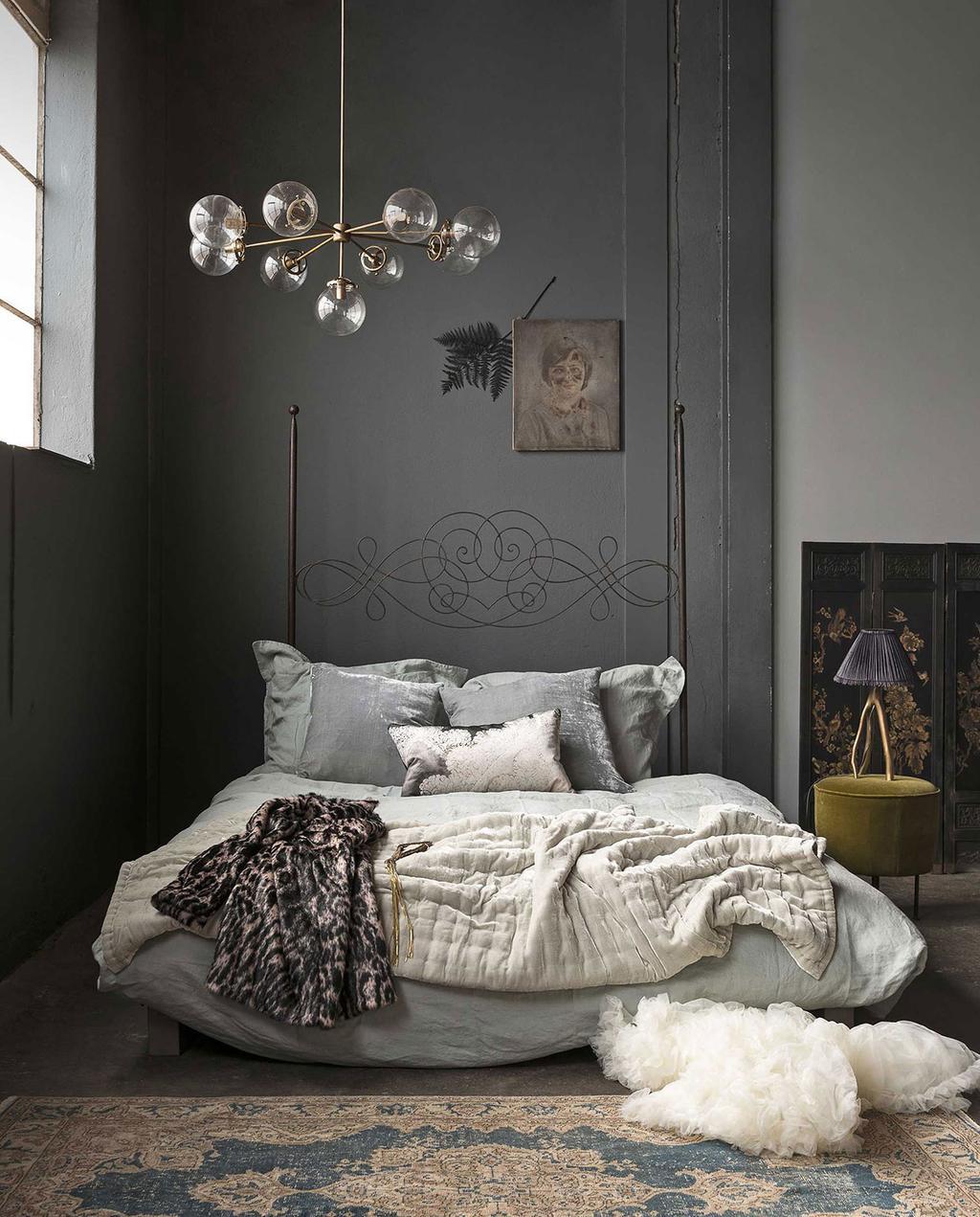 vtwonen 13-2017 | een slaapkamer met romantisch interieur grijs opgemaakt bed met linnendekbed en vloerkleed
