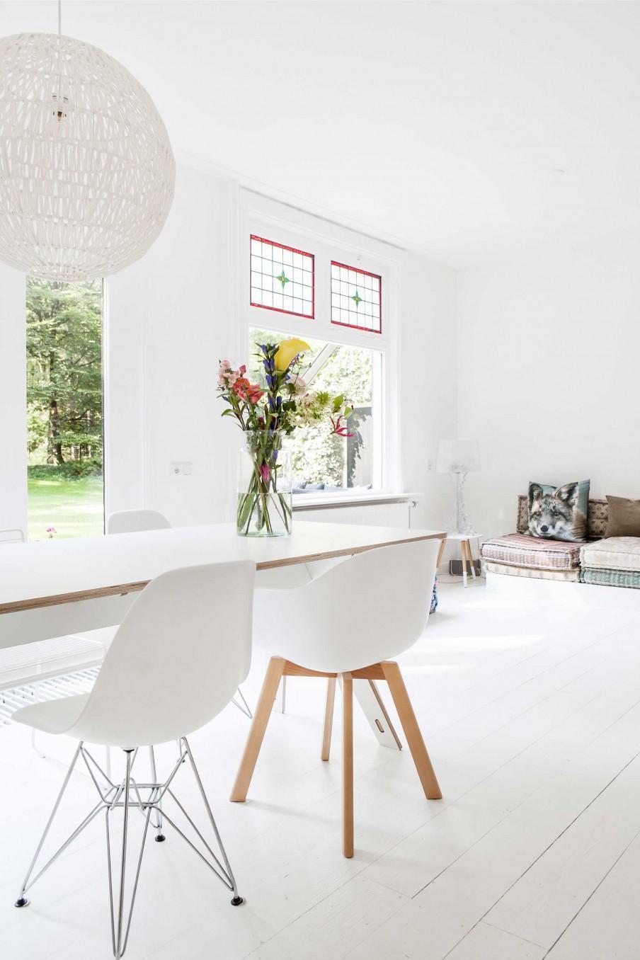 chaises blanches pieds metal et bois