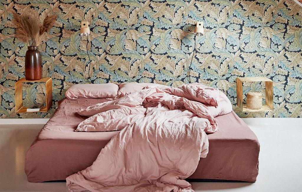 vtwonen 06-2020 | twee-onder-een-kapwoning Denemarken slaapkamer met zelfgemaakt roze bed