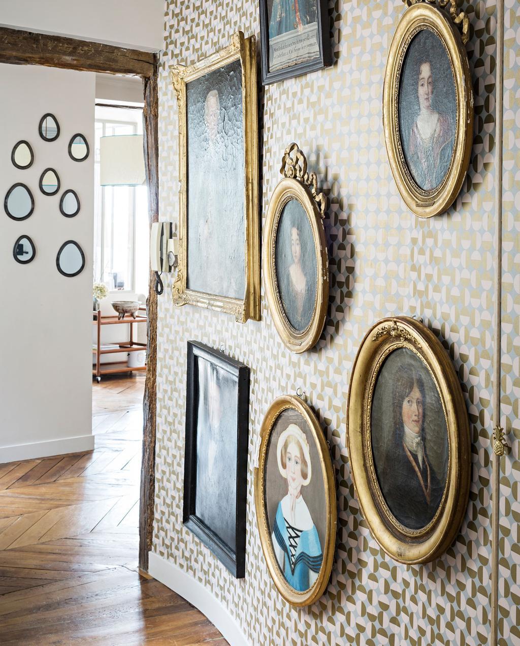 vtwonen 10-2019 | lijsten schilderijen goud hal Parijs appartment