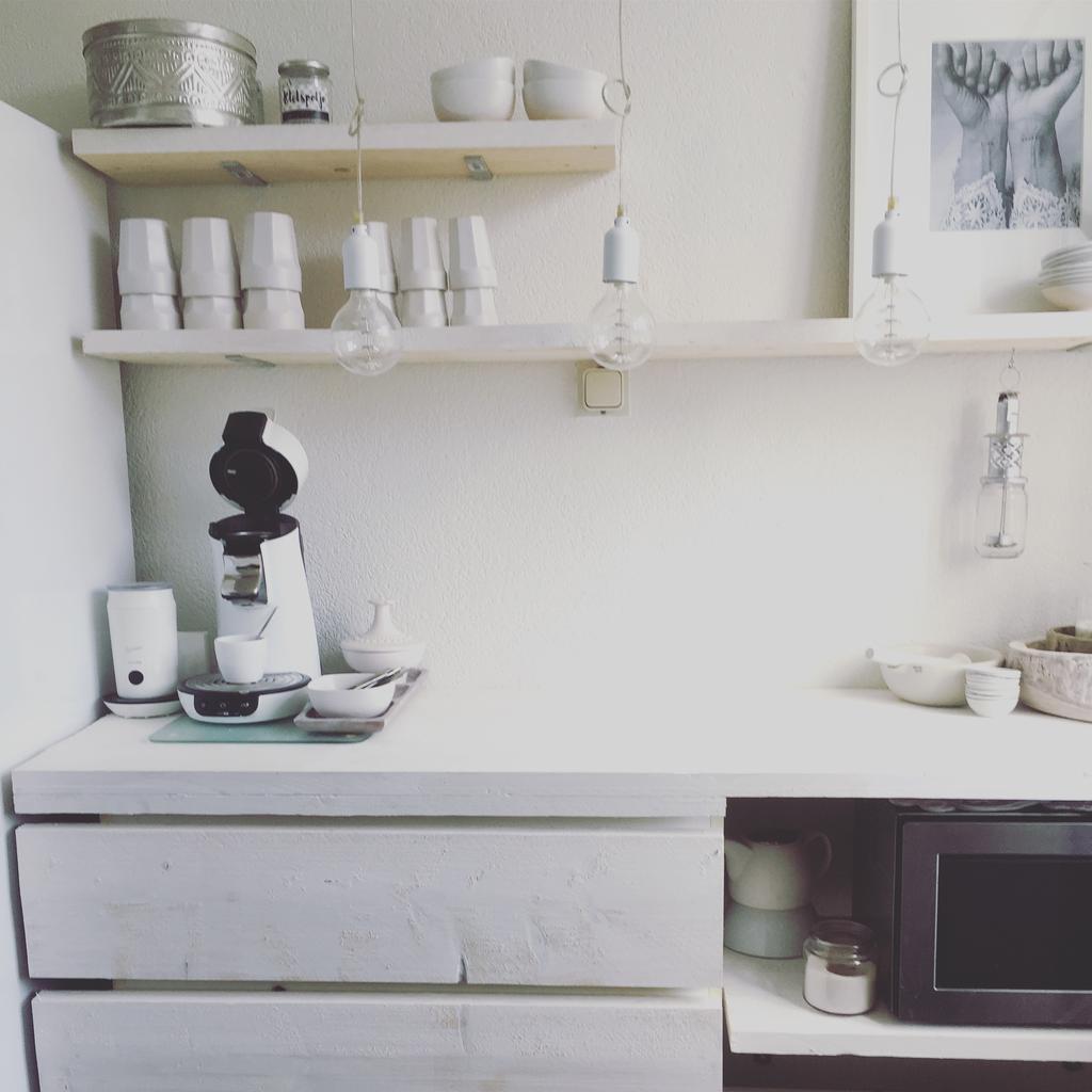 simpele-keuken-in-flat-omgetoverd-met-oude-malm-kast-van-ikea-betimmerd-met-hout