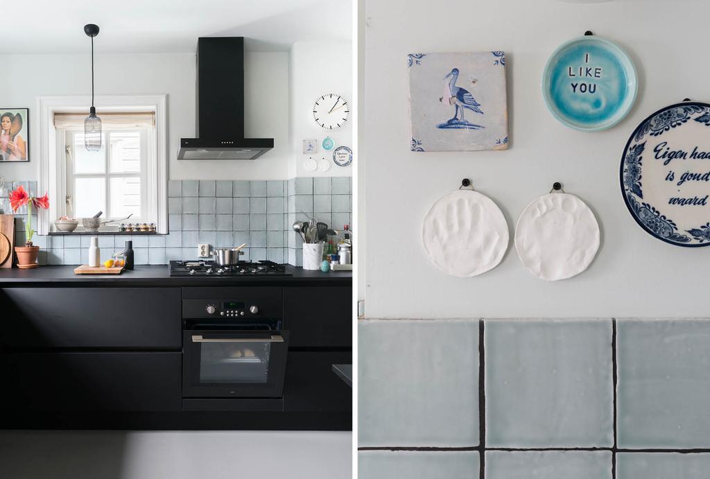 vtwonen binnenkijken in een zwarte keuken met blauwe tegels en keramiek