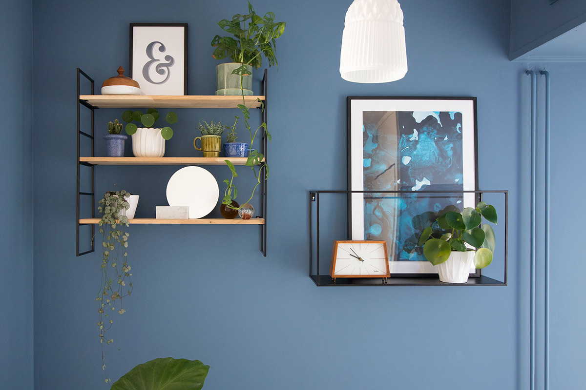 Blauwe muur met wandrekje