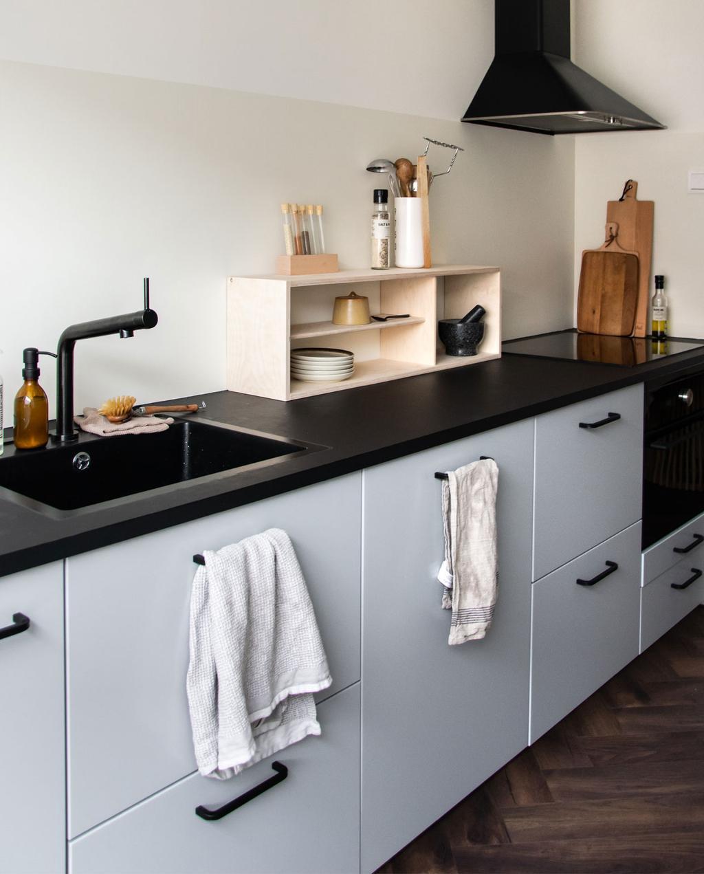vtwonen blog Rachel Terpstra | kleur muurverf kiezen voor keuken met flexa creations testers keuken met zwart aanrecht en muur in twee tinten wit