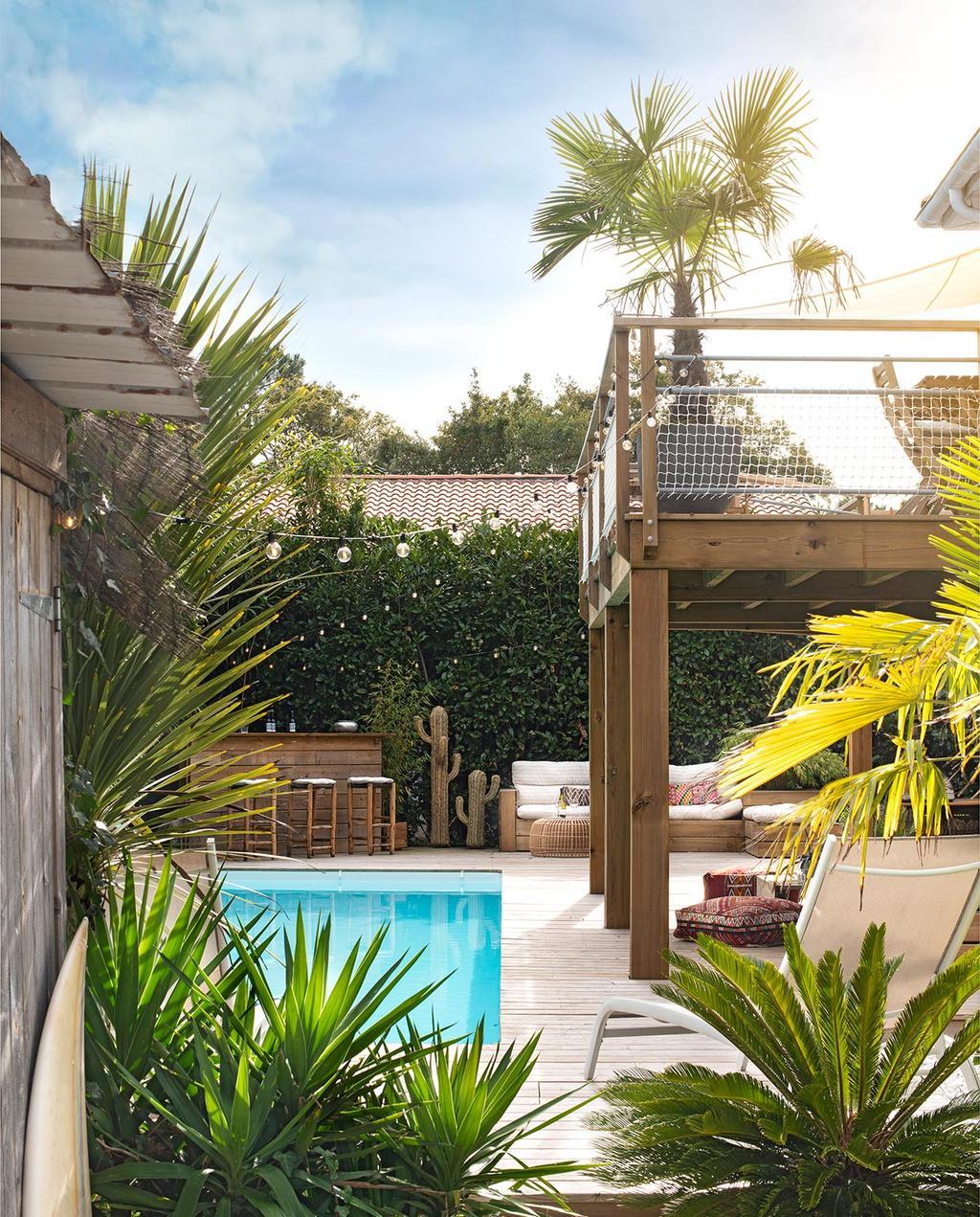 vtwonen binnenkijk special 07-2021 | zwembad met hanglampjes en tuinstoelen