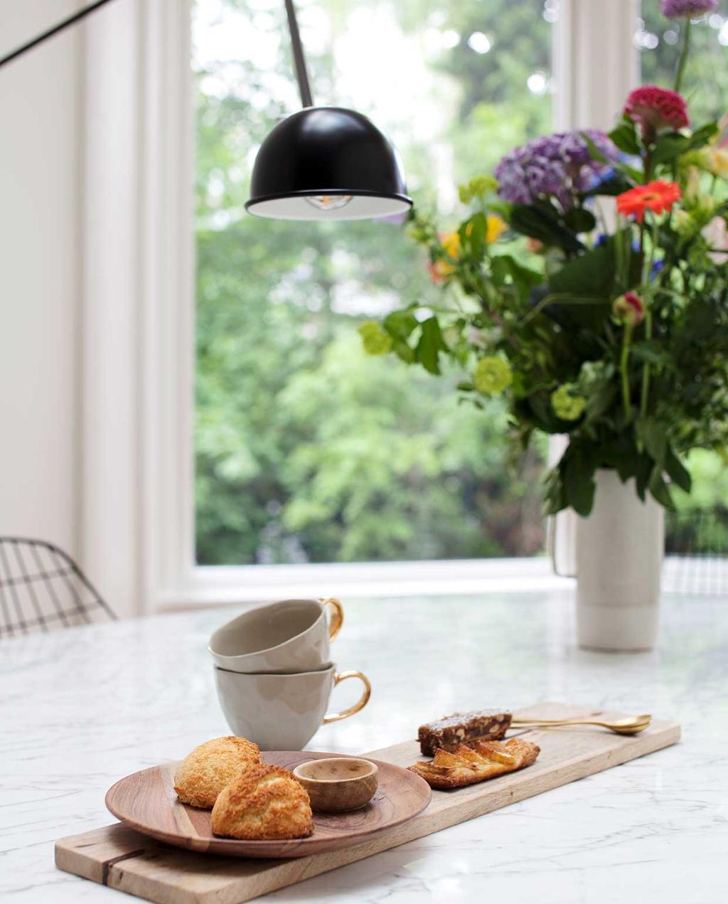 vtwonen binnenkijkspecial 12 | binnenkijken in een herenhuis met een mix van klassiek en design | eettafel met koffiekopjes