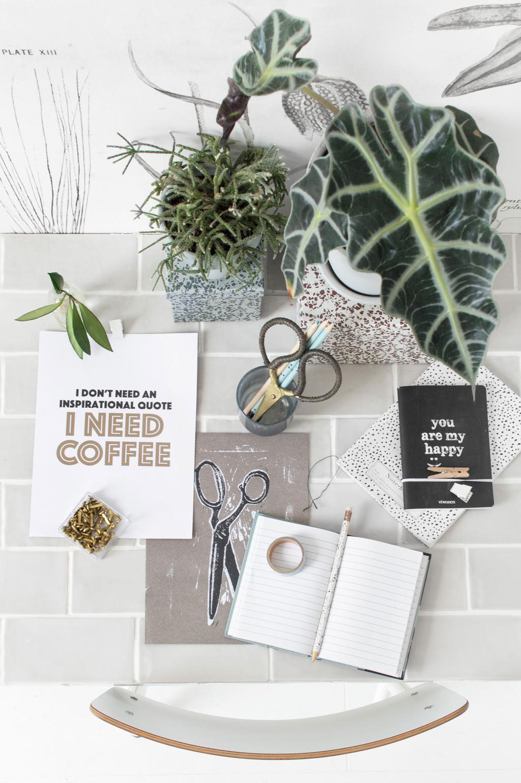 vtwonen posterboek op een bureau van tegels
