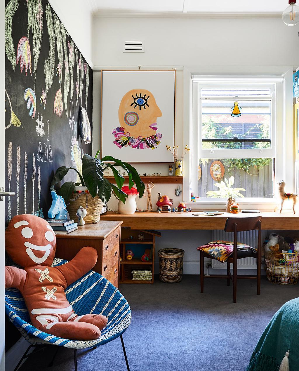 vtwonen binnenkijk special zomerhuizen 07-2021 | de kinderkamer van het huis met een schilderij op het krijtbord, op de stoel ligt een knuffel in de vorm van een koekje