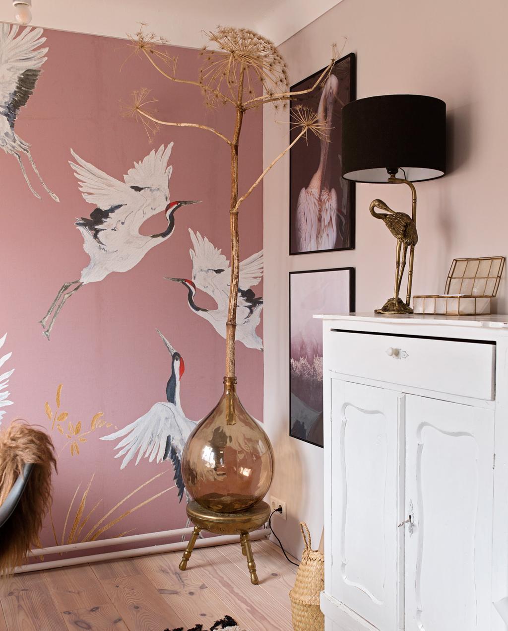 vtwonen 04-2020 | kijkkamer creatieve werkkamer met roze kraanvogel behang en een grote bolle vaas