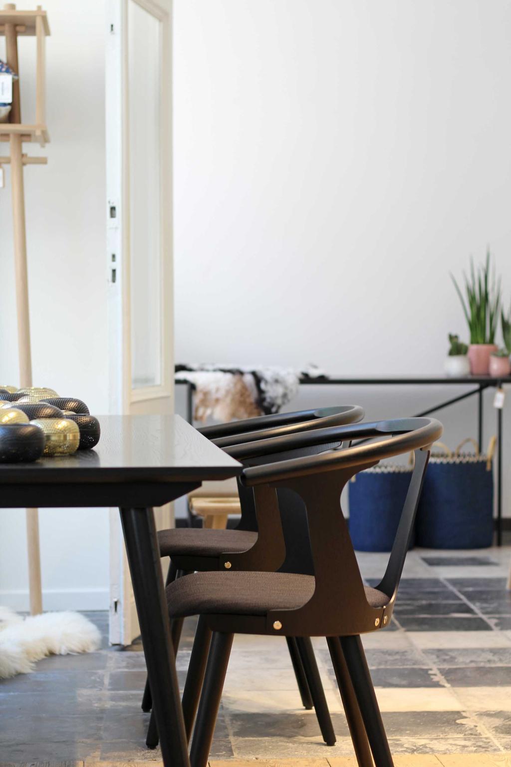 tafel met stoelen bij skone
