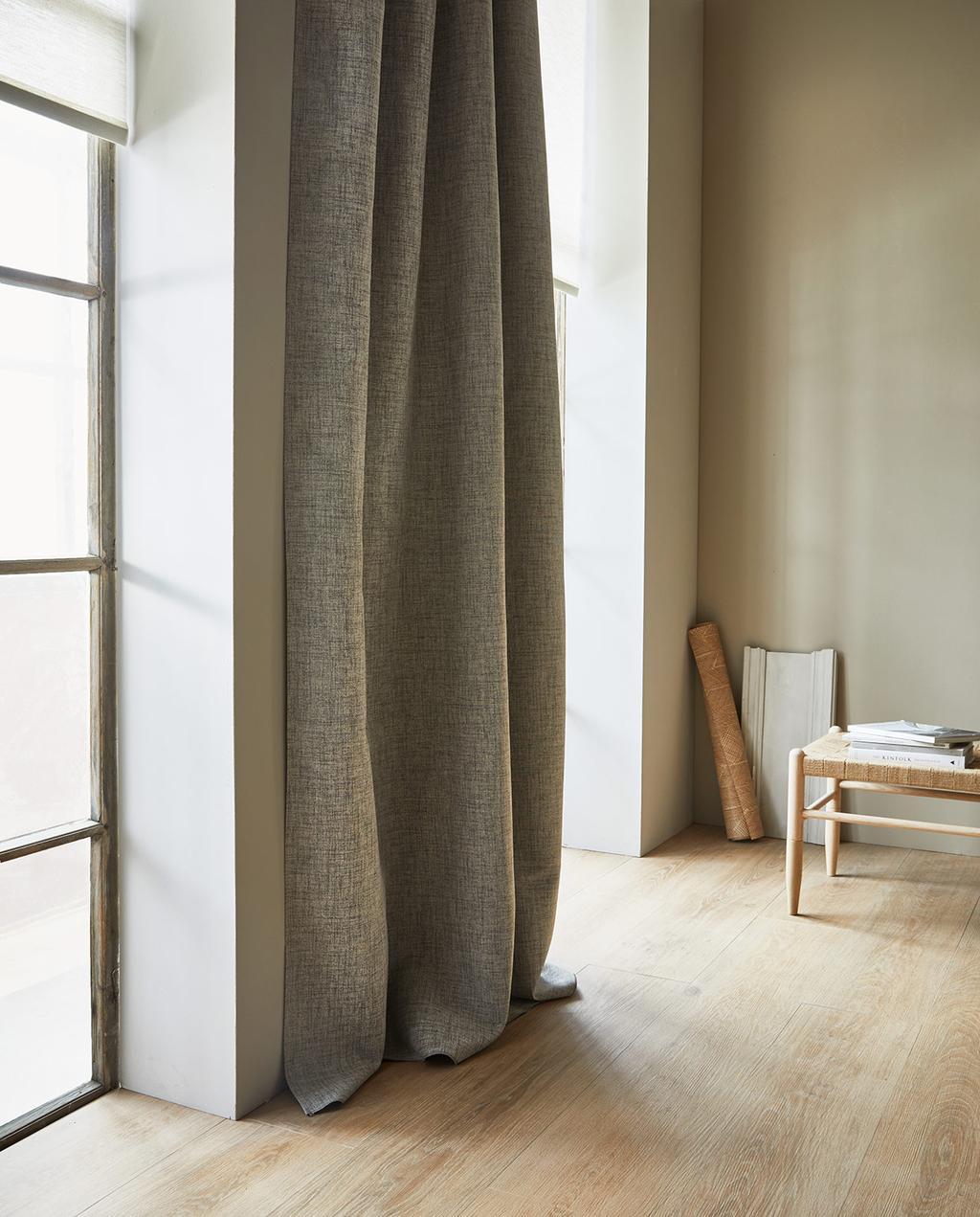 vtwonen 07-2021 | grijs gordijnen met vtwonen vloer natuurlijke styling | renovliesbehang