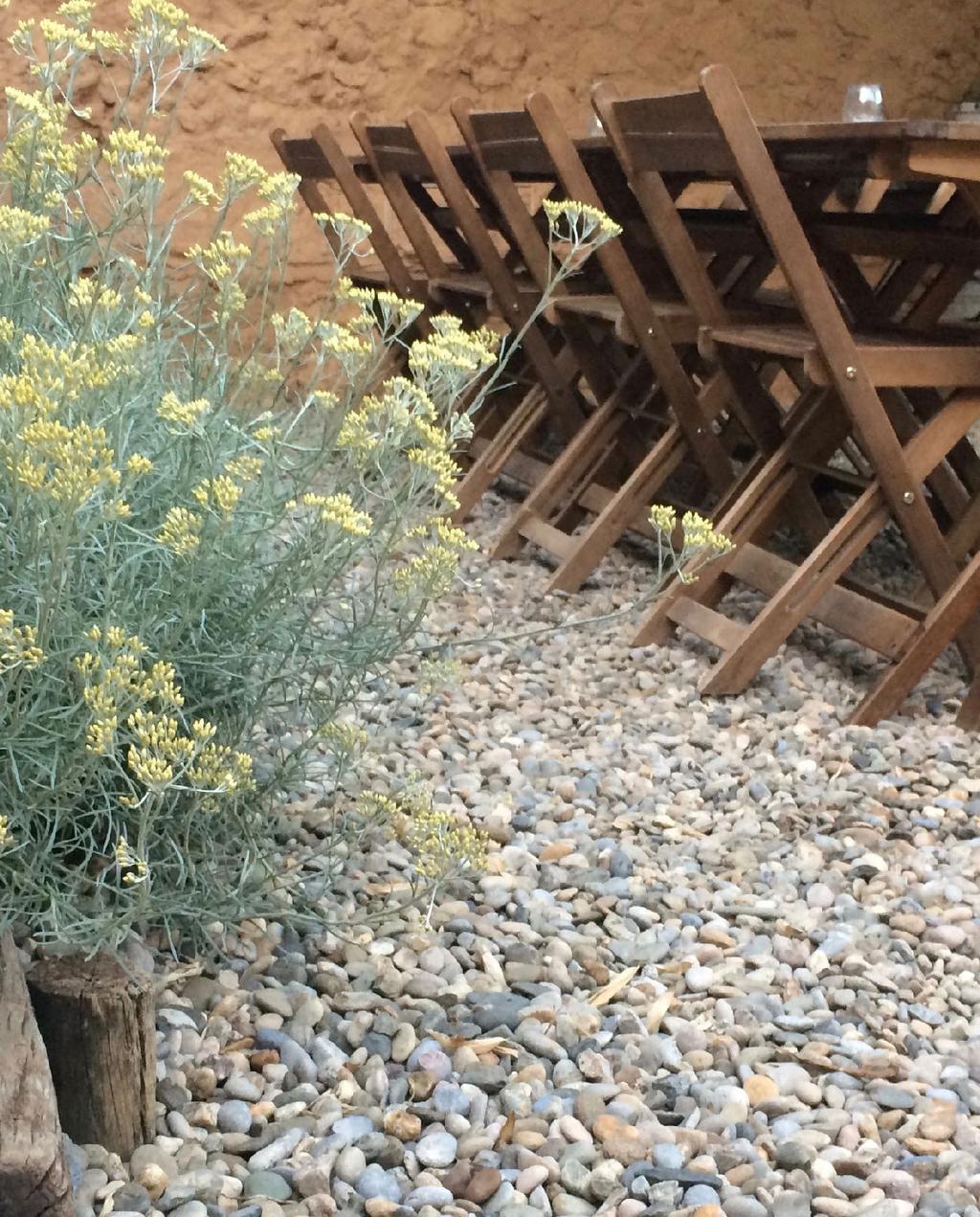 vtwonen blog kristel | minder tegels meer tuin grind onder tuintafel