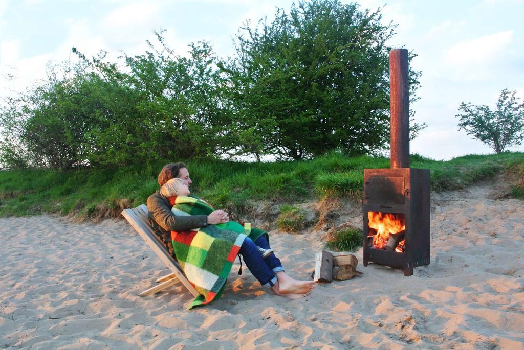 Kampvuur op strand vader en zoon