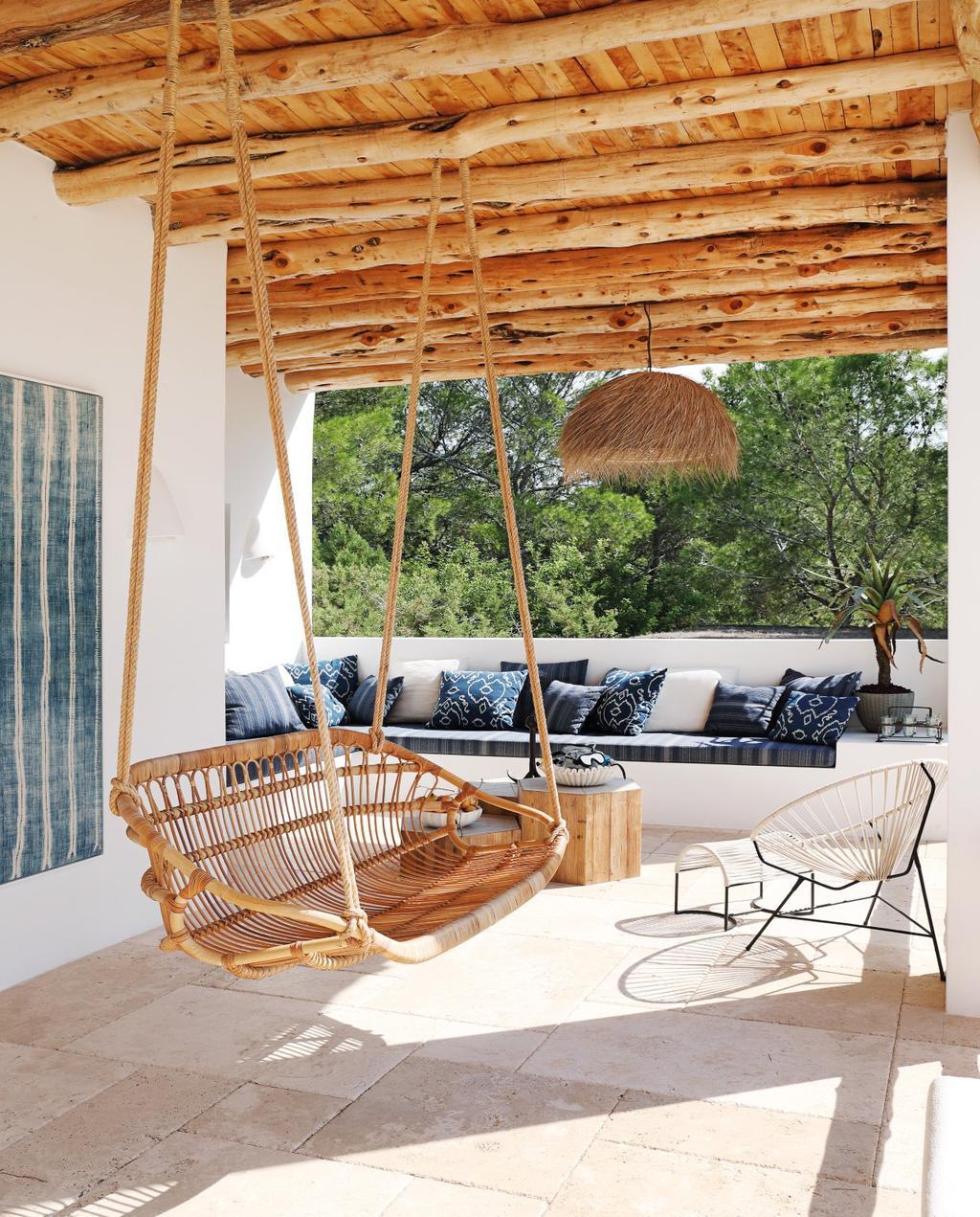 vtwonen 08-2020 | bk buitenland ibiza veranda met rotan schommelbank