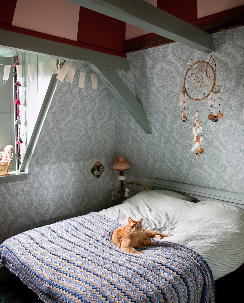 vtwonen 06-2021   dekbedovertrek kat met blauw behang en dromenvanger