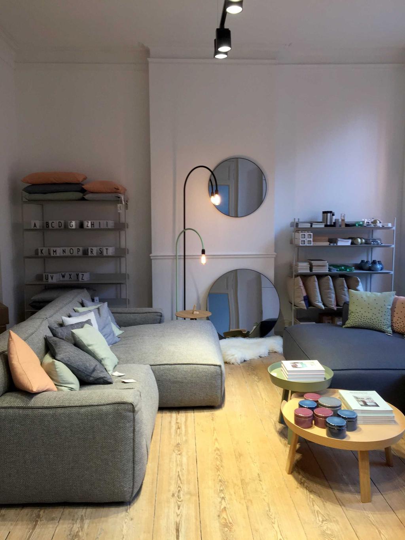 zetel met salontafeltjes en spiegels bij skone